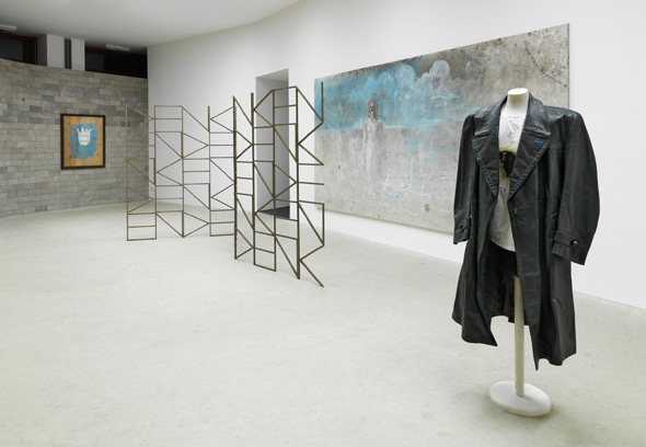 "Dirk Bell - ""Schön und Gut"" (2013), Installation View; Courtesy of BQ Berlin, Photo: Roman Maerz"