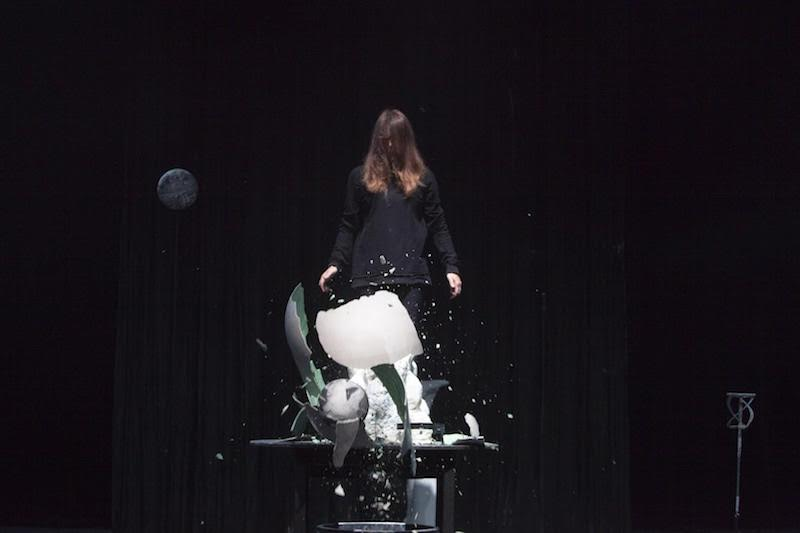 , Miet Warlop, 'Dragging the Bone,' Performance at HAU Hebbel Am Ufer // © Reinout Heil